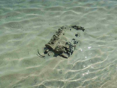 海の中に普通に戦闘機の破片などが落ちています。