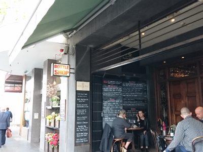 試飲のできる街中のワインショップ