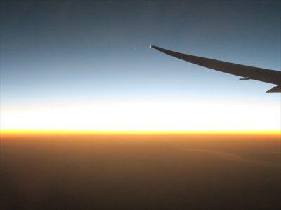 朝日に輝くどこまでも赤い大地にオーストラリアの広さを実感